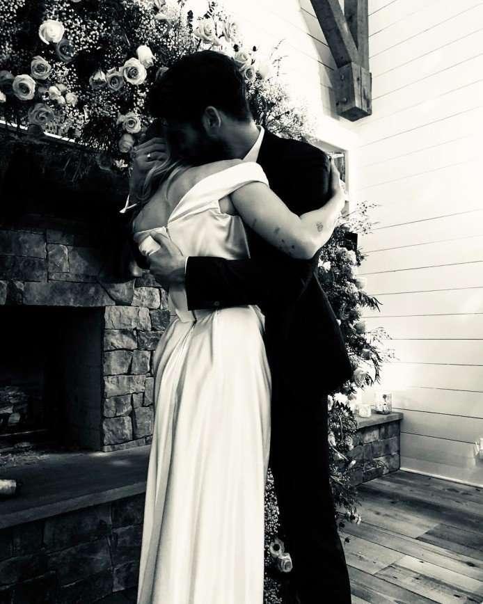 Майли Сайрус показала фото свадьбы с Лиамом Хемсвортом