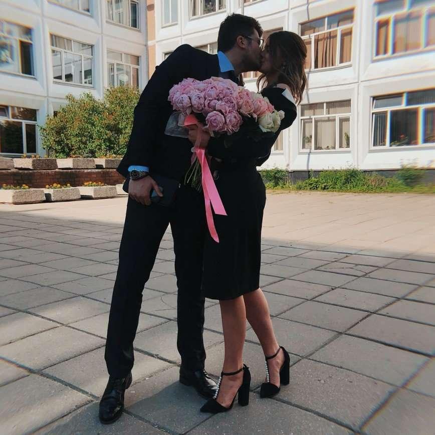 «А как же форма?»: дочь Екатерины Стриженовой удивила выбором платья на последний звонок