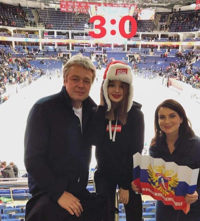 «Самая крепкая семья!»: Стриженовы сходили с дочкой на хоккейный матч