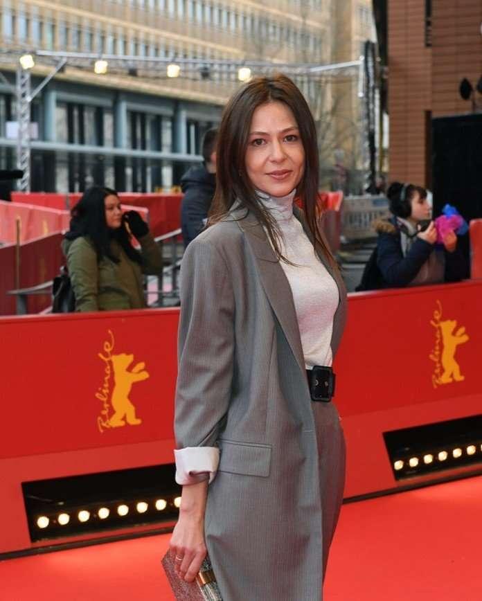 «Как будто у мужа взяли»: Елена Лядова вышла на красную дорожку в брючном костюме