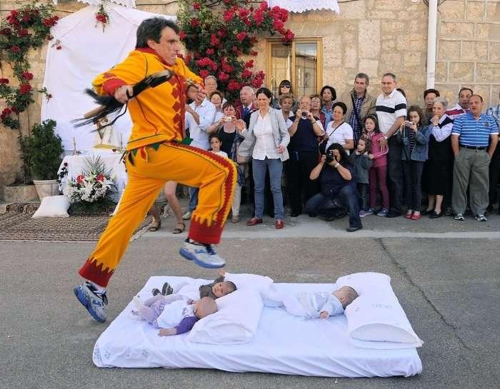 Фестиваль Эль Колачо - прыжки через младенцев