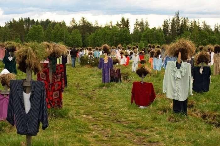 Молчаливые люди вдоль дороги в Финляндии