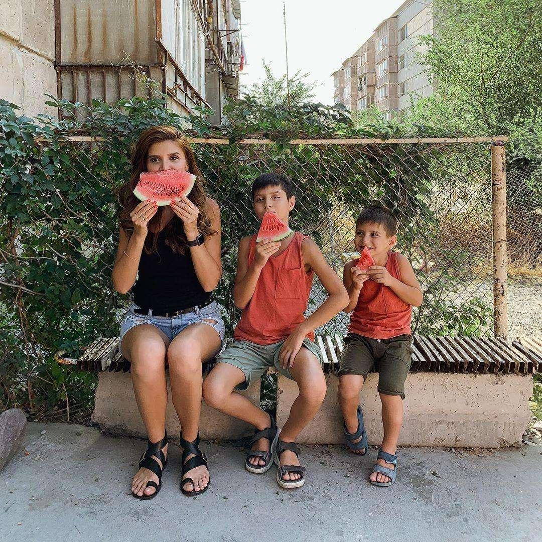 Главная мама Инстаграма Ирина Акопян: «Сначала надень маску на себя, потом на ребенка». 4 совета, как не раствориться в материнстве